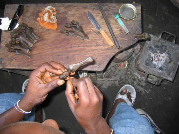 http://www.african-concept.com/bronze-art-africain/le-bronze-africain-cire.JPG