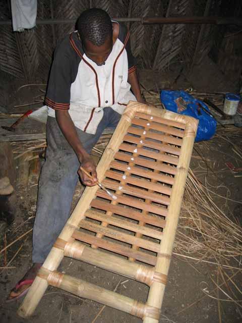 Le meuble africain la fabrication de la chaise en bambou for Fabrication d objet en bambou