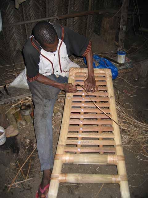 Le meuble africain la fabrication de la chaise en bambou for Meuble africain