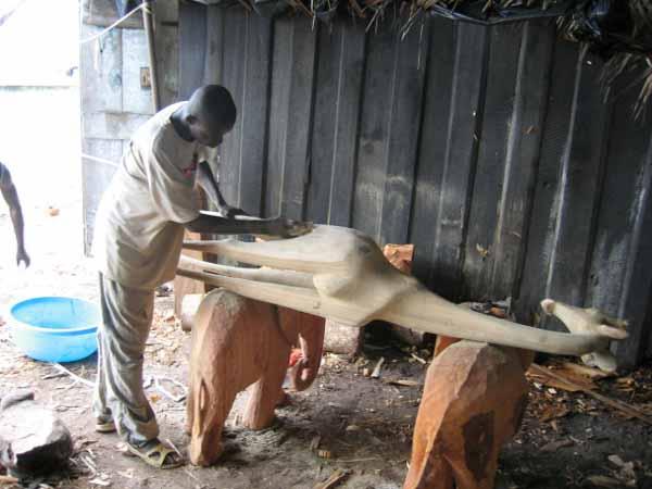 La sculpture en bois en afrique - Fabricant lambrequin bois ...