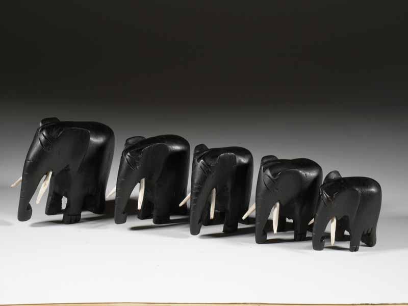 la sculpure en bois contemporaine dans l 39 artisanat africain. Black Bedroom Furniture Sets. Home Design Ideas